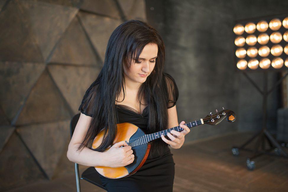 Кристина Шарабидзе играет на домре