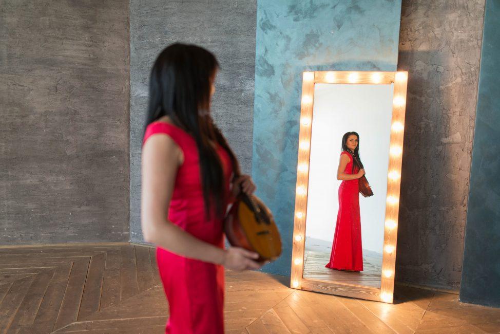 Кристина Шарабидзе с домрой стоит у зеркала